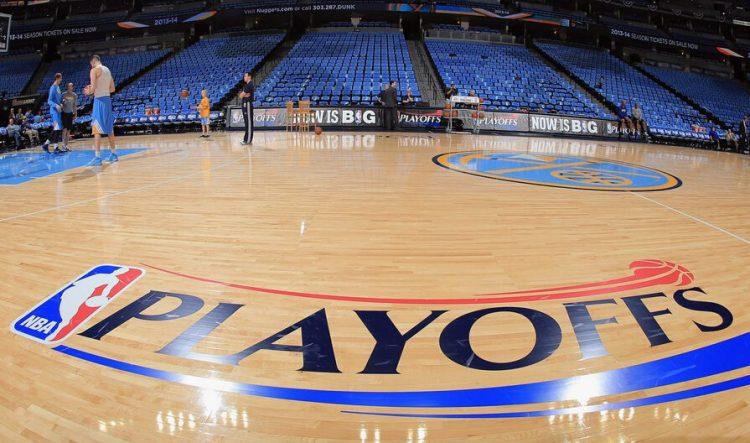 篮球馆运动木地板由于我们常用水去擦地板,擦完后地板发灰没有光亮,而且长时间擦,严重的会影响地板原有的漆面。所以水对地板是没有什么好处的,平时应尽量不要用水去擦地板,只用专用于地板的静电拖把干擦,如有较难擦的污点,只用湿布擦即可。木地板在保养时,一定要注意地面的清洁、干燥。通常地板含水率保持在10-15%,这样的地板在正常情况下一般不会出现问题。  保持地板光泽定期给地板上油即可(一般一月一次)这样地板就可长时间保持光亮,对于已使用过一段时间的地板虽然发灰,但是地板本身原来漆面没有大的损伤,这种情况下,我们