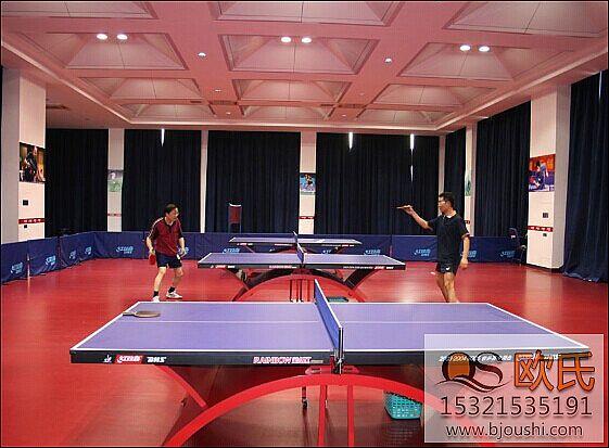 使用乒乓球地板使运动员更加舒适安全