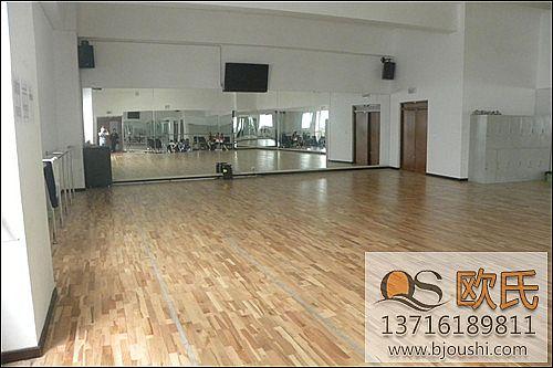 体育运动地板现场漆和工厂漆的优缺点