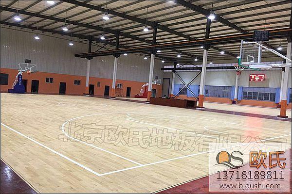 在篮球比赛中,篮球木地板为什么会发出啾啾的声音?