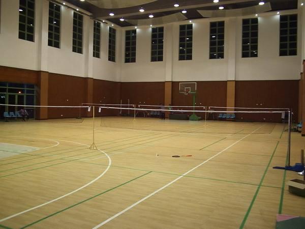 羽毛球场馆一般选择铺设什么地板划算?